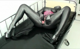 kinky-amateur-babe-in-a-latex-bodysuit-takes-a-deep-fucking